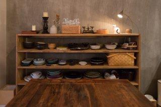 自慢の食器を並べ魅せる食器棚に