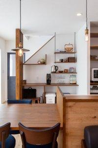 階段の壁を活用したカフェ風家事コーナー